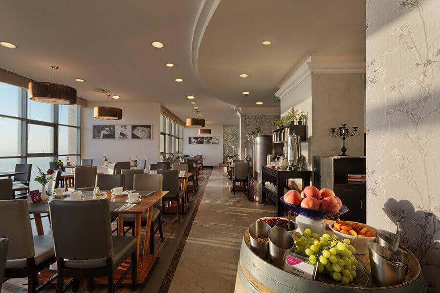3 ארוחת בוקר בופה במלון קראון פלזה, מול הים בחיפה