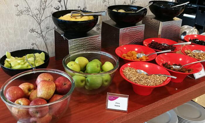 8 ארוחת בוקר בופה במלון קראון פלזה, מול הים בחיפה