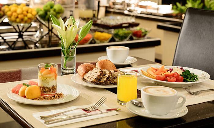 6 ארוחת בוקר בופה במלון לאונרדו ביץ' הכשר