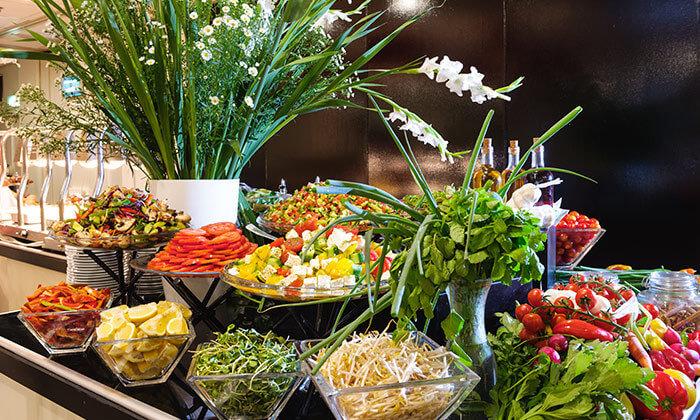 7 ארוחת בוקר בופה במלון לאונרדו ביץ' הכשר
