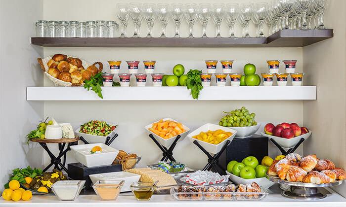 8 ארוחת בוקר בופה במלון לאונרדו ביץ' הכשר