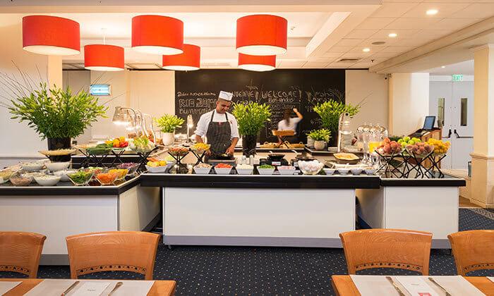 2 ארוחת בוקר בופה במלון לאונרדו ביץ' הכשר