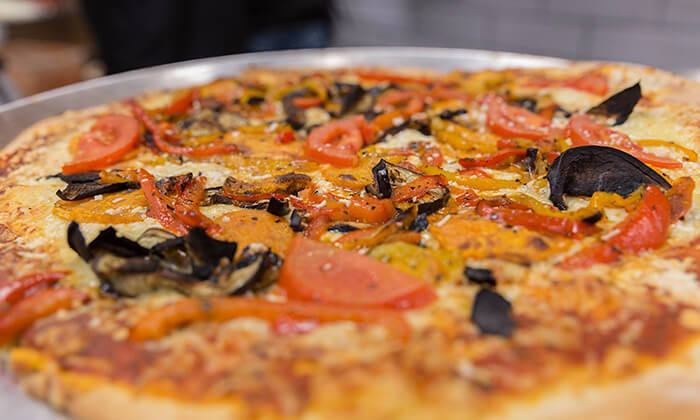 3 מגש פיצה משפחתית ולחם שום בסניף BIG pizza הכשרה למהדרין, פסגת זאב