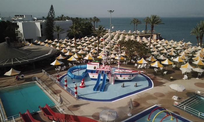 8 פארק המים חוף גיא מול הכנרת: בריכות, מגלשות וחוף פרטי