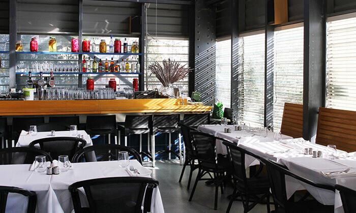 8 דיל חגיגת קיץ: ארוחת דגים זוגית במסעדת הדייגים הכשרה, נמל יפו