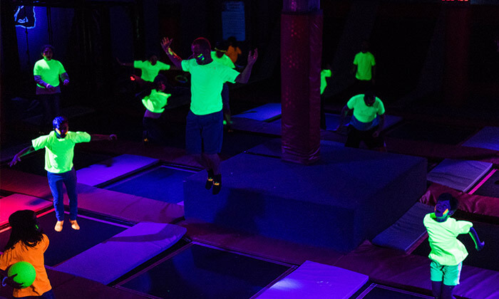2 מסיבת חושך זוהרת לילדים Glow party בפארק הטרמפולינות Sky Jump, רעננה