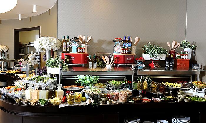 9 ארוחת בוקר או בראנץ' במסעדת אנדיב, מלון ווסט בוטיק אשדוד