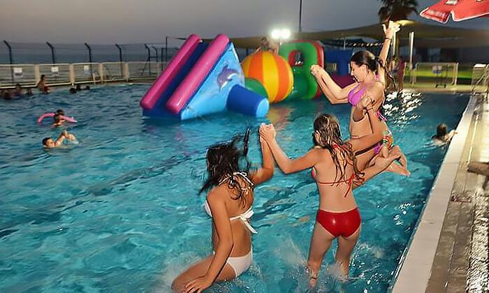 6 כניסה לבריכת השחייה בבת ים