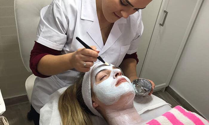 2 טיפול פנים אצל ישראלה קוסמטיקס, רמת השרון