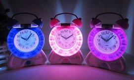 שעון מעורר משולב עם מנורת לילה