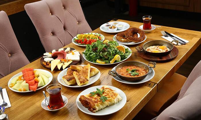 2 ארוחת בוקר במסעדת גני הגליל, נשר