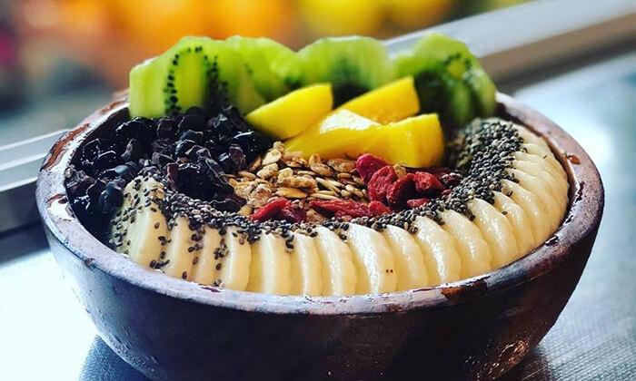 5 קערת אסאי ב-Enerjuicer, בר משקאות הבריאות והמיצים הטבעיים בכיכר רבין