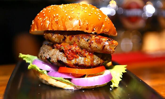 3 Giggsiסינמה ספורטבר הכשר בבאר שבע - ארוחת המבורגר ובירה