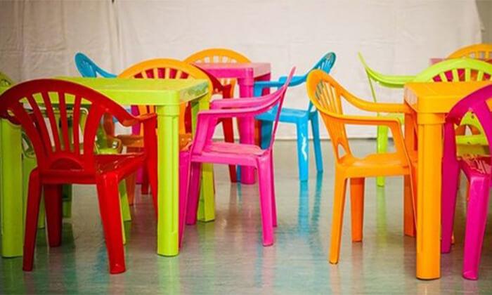 2 שולחן ו-4 כיסאות פלסטיק לילדים