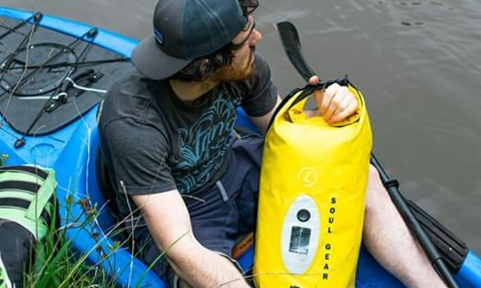 4 תיק אטום למים עם רמקול, מטען סולארי ותאורה