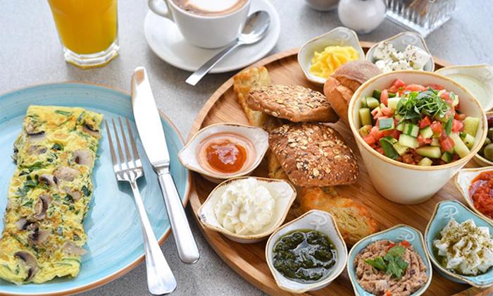 3 קפה בגולף, קיסריה - ארוחת בוקר