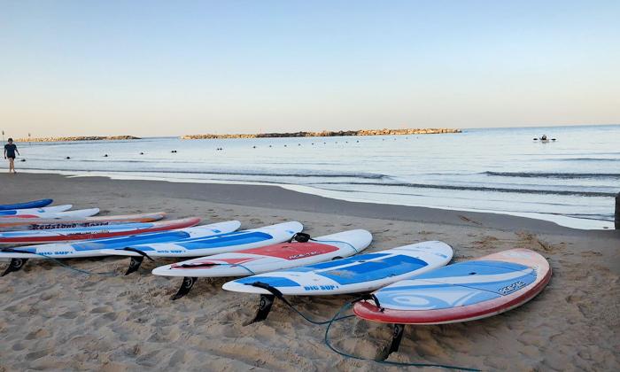 """4 חבילת כיף בחוף גורדון, ת""""א - ארוחת בוקר וגלישת גלים או סאפ"""