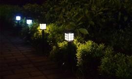מנורות תאורה סולארית לגינה