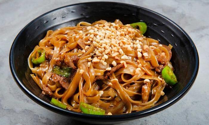 4 ארוחה משפחתית ב-T.A או משלוח ממסעדת NUCHI, כיכר המדינה