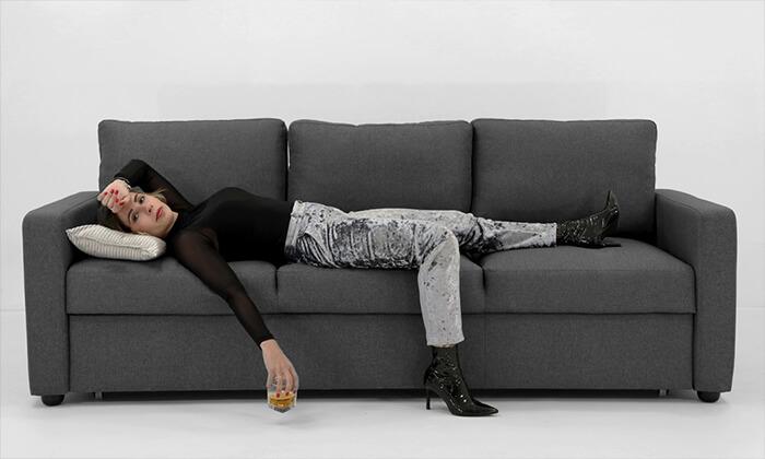 4 שמרת הזורע: ספה תלת-מושבית נפתחת למיטה