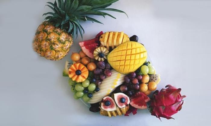 2 מגשי פירות מעוצבים מסניפי 'פרי אקזוטי' ברחובות ואילת