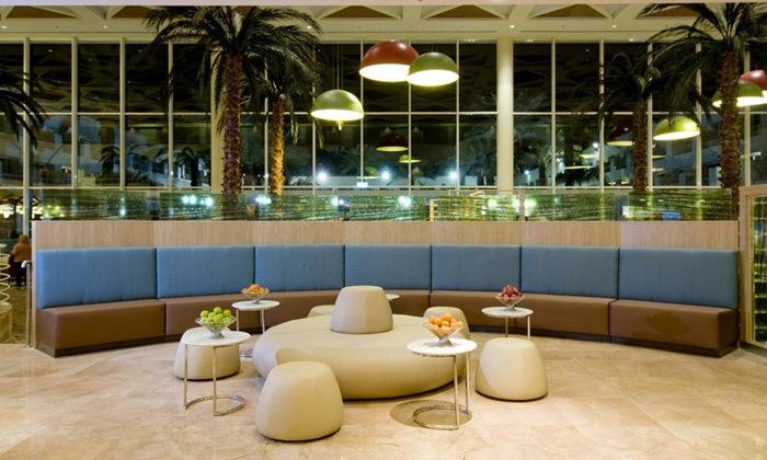 12 חופשה באילת לגיל השלישי: 4 לילות במלון לאונרדו רויאל ריזורט, הופעות והרצאות