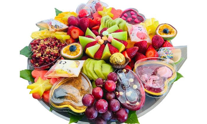 2 מגשי פירות וסושי מתוק באיסוף מבייקפרי ראש העין, משלוח בתשלום
