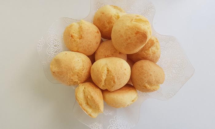 3 לחמניות פאו דה קייג'ו מאכל מסורתי ברזילאי, ללא גלוטן