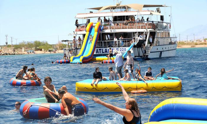 2 שייט בספינה באילת - כולל עצירה לשחייה, מתקני מים ומתנפחים
