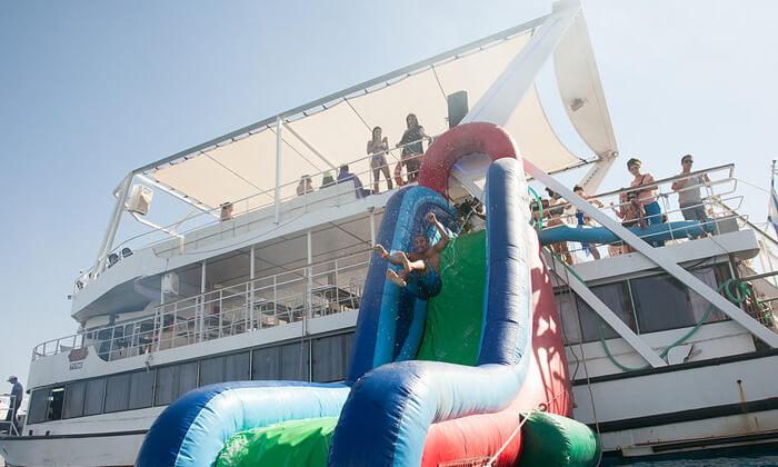 3 שייט בספינה באילת - כולל עצירה לשחייה, מתקני מים ומתנפחים