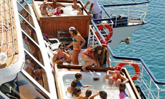 6 שייט בספינה באילת - כולל עצירה לשחייה, מתקני מים ומתנפחים