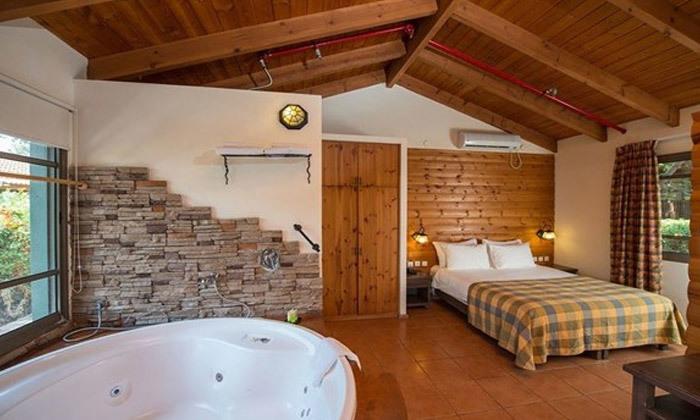 4 כפר הנופש נופי גונן בגליל: חופשה בבקתת עץ עם ג'קוזי וארוחת בוקר