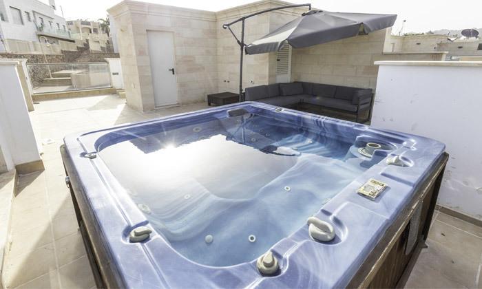 4 חופשה בווילת 'הלוטוס הכחול' באילת: 2 לילות, 5 חדרים, ג'קוזי ובריכה