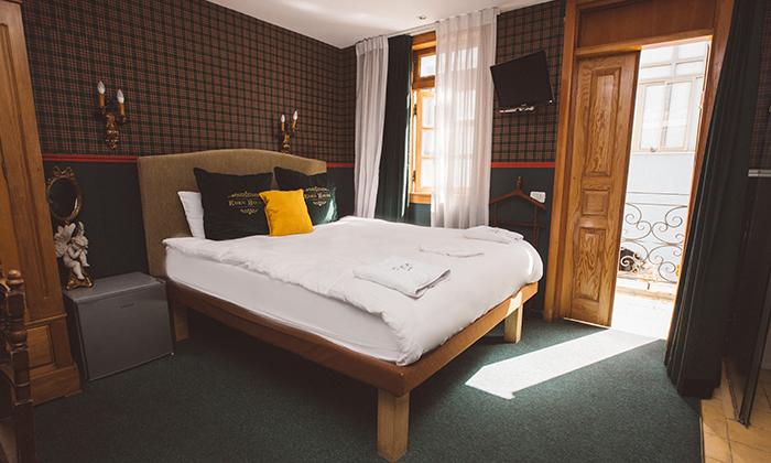 """3 מלון אליוט שוק הכרמל: חופשה זוגית עם עיסוי וארוחת בוקר, כולל סופ""""ש"""