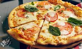 פיצה XL ובקבוק שתייה יאמי פיצה