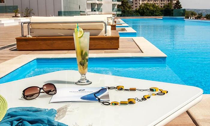 """5 קיץ בוורנה: מלון 5 כוכבים International על החוף ע""""ב חצי פנסיון"""