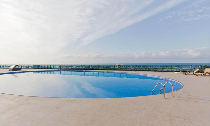 """2 3/4 לילות בבטומי: מלון 5 כוכבים עם חוף פרטי, ע""""ב חצי פנסיון"""