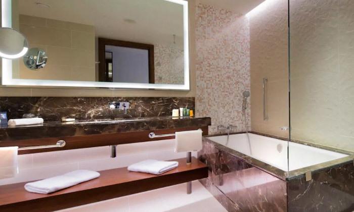 12 נופש בבטומי: 3/4 לילות במלון 5 כוכבים Hilton, טיסות ישירות והעברות
