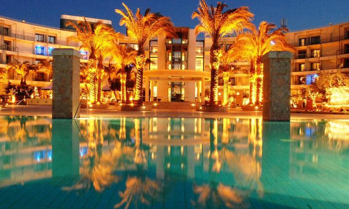 """2 אוקטובר במלון 5* Club Hotel Casino, לוטרקי: 3 לילות במלון 5* ע""""ב חצי פנסיון עם קזינו, טיסות ישירות והעברות"""