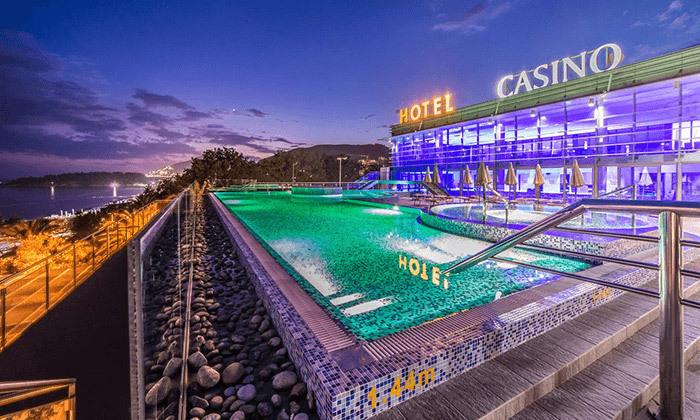 """2 חופשה במונטנגרו: מלון קזינו למבוגרים בלבד ע""""ב חצי פנסיון, טיסות ישירות והעברות"""