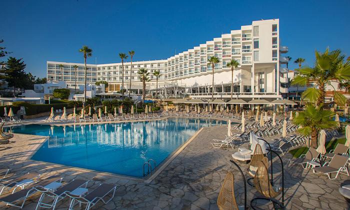 """3 סופ""""ש בפאפוס, קפריסין: טיסות ישירות ו-3 לילות במלון Leonardo, כולל חנוכה"""