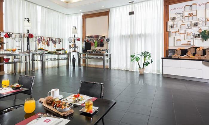 3 ארוחת בוקר במסעדת קוראל הכשרה, מלון לאונרדו חיפה